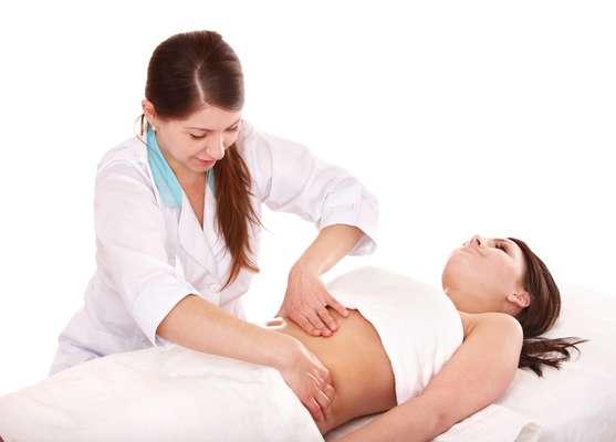 Chamada de Miracle Touch, a técnica une os movimentos da drenagem linfática com as manobras da massagem modeladora para atua diretamente na redução de medidas