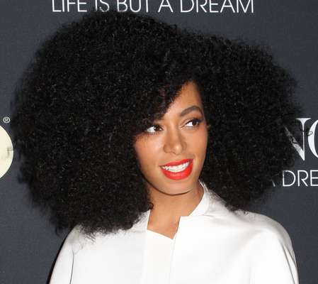 Considerada a musa do black power, Solange Knowles abusa do volume