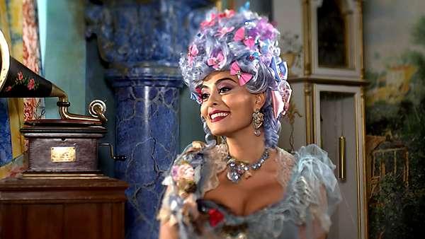 Juliana Paes, que interpreta a personagem Maria Catarina na novela Meu Pedacinho de Chão, aparece em primeiro lugar com o batom vinho