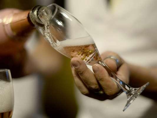 A Cia. do Rizzo, empresa especializada em servico de bar para eventos, apresentou durante a feira especializada Casar 2014, em São Paulo, o Drinque de Ouro: uma taça de champagne com bolinhas de ouro