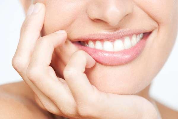 Para tratar os lábios danificados pelo frio, vale a pena fazer uma esfoliação leve, com mel e açúcar refinado na região