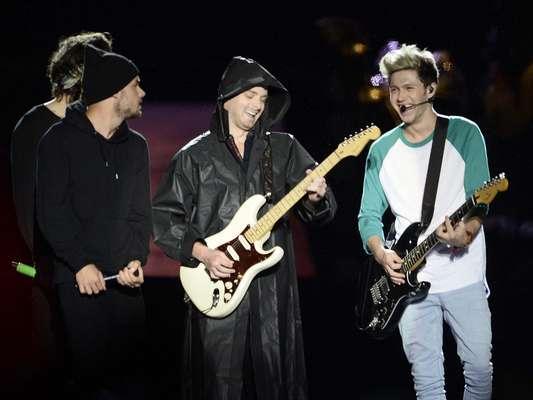 A boy band One Direction se apresentou neste sábado (10) sob forte chuva para um público de 60 mil fãs no Estádio do Morumbi, em São Paulo