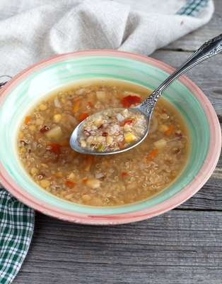 Nos dias frios, a quinoa é uma excelente opção para fazer sopas