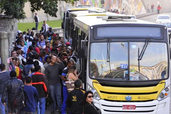 Pela segunda vez em menos de uma semana, os rodoviários do Rio de Janeiro, que pararam por 24 horas na quinta-feira passada, decretaram uma paralisação
