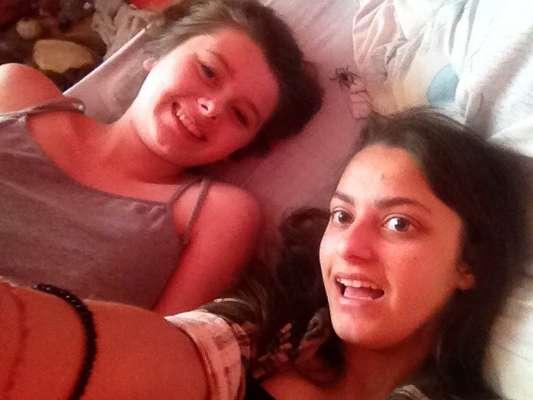 As britânicas Kirsty Middleton (à esq.), 16, e sua amiga Jair Townsend, sorriam para fazer umselfie quando foram surpreendidas