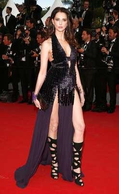 Entre as dezenas de celebridades que cruzaram o tapete vermelho do festival de cinema de Cannes, neste sábado (17), a atriz e modelo francesa Frederique Bel causou burburinho com seu look para lá de ousado