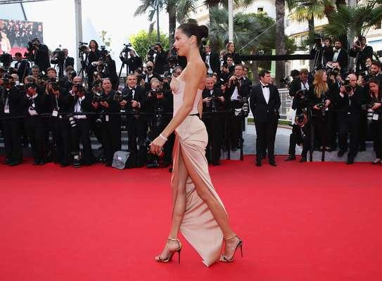 A top Adriana Lima mostrou porque é uma das modelos mais importantes do cenário da moda atualmente ao cruzar o tapete vermelho do Festiva de Cinema de Cannes, na França, neste domingo (18)