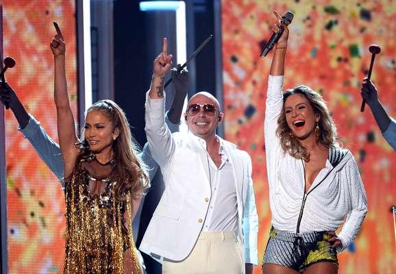 Na noite deste domingo (18), durante o Billboard Music Awards, em Las Vegas, nos Estados Unidos, Jennifer Lopez, Pitbull e Claudia Leitte apresentaram a música oficial da Copa do Mundo de 2014, que será realizada no Brasil