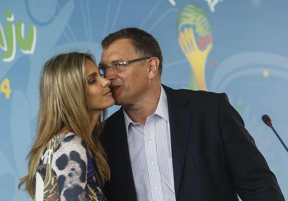 Ao lado do secretário geral da Fifa, Jérôme Valcke, apresentadora Fernanda Lima participa da abertura do Festival Football for Hope 2014, uma espécie de Copa do Mundo Social