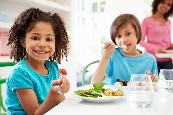 Ofereça alimentos em pequenas porções; se a criança tiver fome, pedirá mais