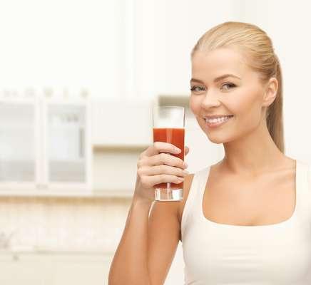 Feito de frutas vermelhas, como morango, melancia, amora e mirtilo, suco vermelho tem propriedades antioxidantes que ajudam a manter a pele jovem