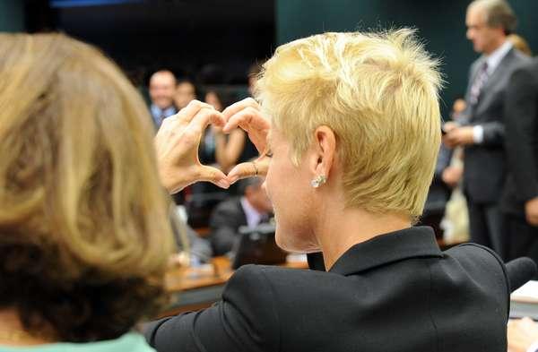 Após ser ofendida por deputado, a apresentadora Xuxa Meneghel responde com 'coração'