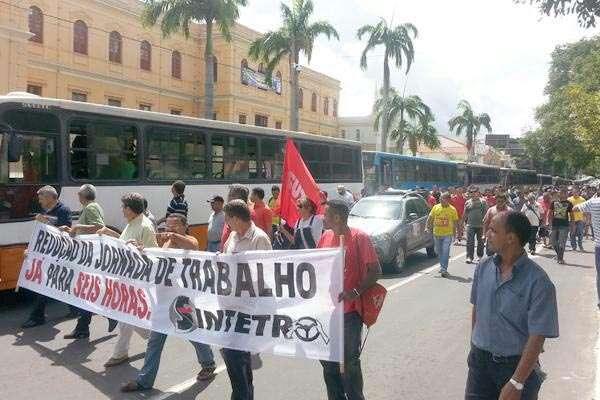 Motoristas fazem protesto nesta sexta-feira em Teresina (PI) após decidirem entrar em greve
