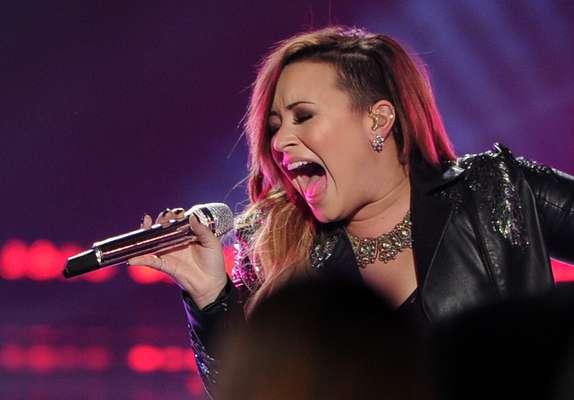 Na apresentação no American Idol, Demi Lovato exibiu o sitecut hair com as mechas loiras no comprimento
