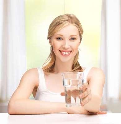 Agua: además de contener flúor, beber agua es importante para eliminar los restos de alimentos en la boca.