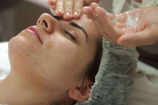 Com duração de 60 minutos, o procedimento começa com a aplicação de um sabonete de limpeza, responsável por fazer a higienização superficial da face