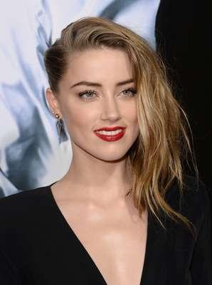 Neste look, Amber Heard expõe a sua marca registrada: pele perfeita e luminosa, feita com base e corretivo, para dar foco aos lábios com batom vermelho