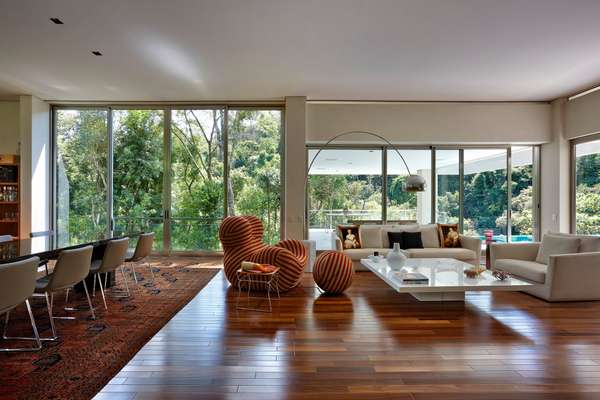 Esta casa na cidade de Nova Lima (região metropolitana de Belo Horizonte) é quase um oásis. Com 790 m² e cercada por um bosque, foi projetada pelo escritório Lanza Arquitetos. Informações: (31) 3496-6842