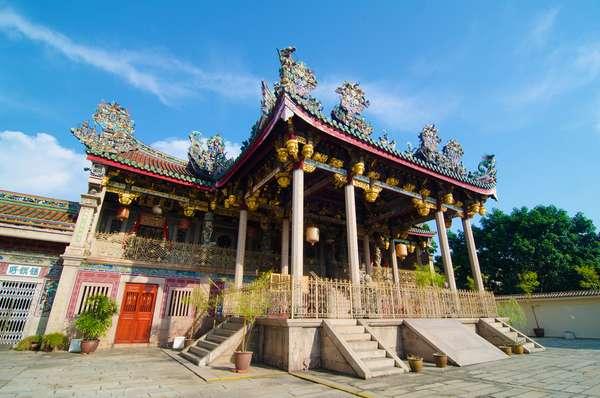 Khoo Kongsi - Uma das primeiras casas de clâs imigrantes da província chinesa de Hokkien chegaram em Penang e construíram casas magníficas. Uma das cinco ainda está de pé em Georgetown, capital de Penang, a Khoo Kongsi, que parece uma mini vila. Nela há dragões, fênix, animais míticos e várias cenas de lendas chinesas excluídas