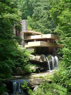 A Fallingwater House (Casa da Cascata) foi projetada por Frank Lloyd Wright (1867-1959), um dos maiores expoentes da arquitetura moderna