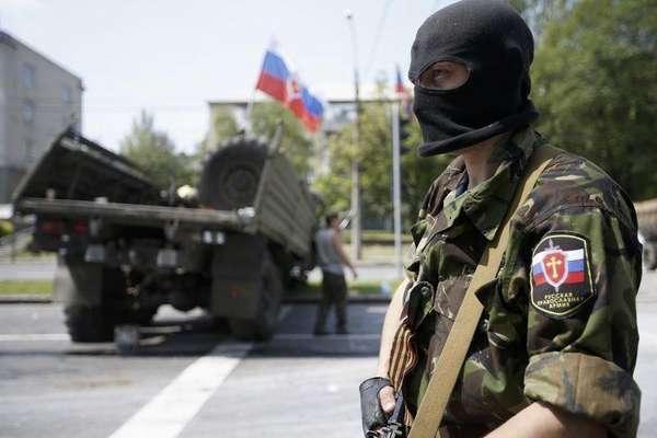 29 de maio -Membro de um grupo armado pró-Rússia chamado Exército Ortodoxo Russo monta guarda perto do aeroporto de Donetsk, no leste da Ucrânia.