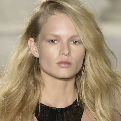 No desfile da grife Emilio Pucci, uma base no tom acima da cor da pele da modelo suaviza o rosto
