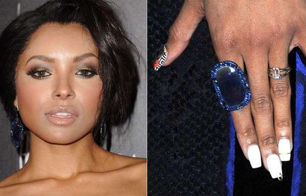 Kat Graham, da série The Vampire Diaries, exibiu nail art e piercing nas unhas
