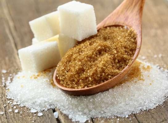 Os açúcares, como o refinado e o mascavo, são calóricos e pobres em nutrientes