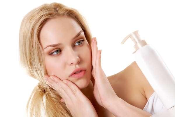 Como ajudam na prevenção do envelhecimento da pele, os cosméticos anti-idade já podem ser usados a partir dos 20 anos. No entanto, precisam ser adequados para as necessidades desta fase