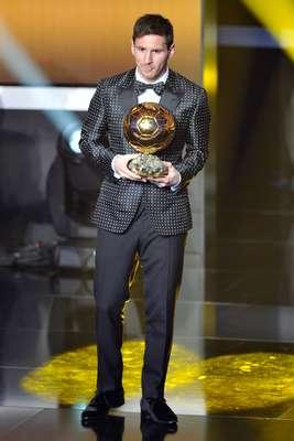 Em 2013, quando ganhou pela quarta vez consecutiva a Bola de Ouro da Fifa, Messi foi à premiação com um smoking com paletó e gravata borboleta de bolinha. Tido como tímido, o jogador ousou no look Dolce & Gabbana, que classificou o jogador como moderno, sexy e ousado