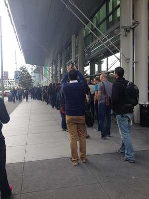 A fila de desenvolvedores se estendia ao redor do Moscone Center, em São Francisco. Mais de 6 mil participaram do evento da Apple