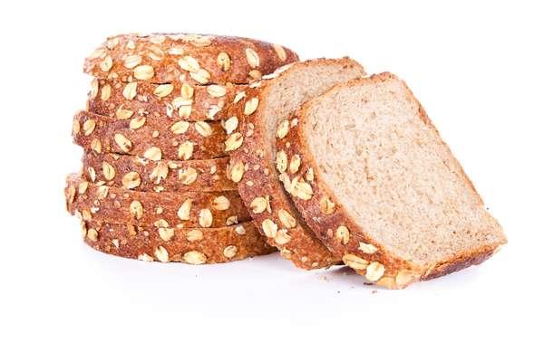 Pães integrais são fontes de carboidratos, que suprem a redução noturna de glicose