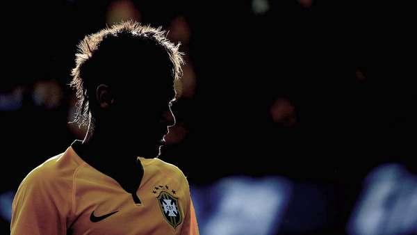 Neymar foi o grande nome da Seleção Brasileira em seu primeiro amistoso de preparação para a Copa do Mundo. Contra a equipe do Panamá, o atacante fez gol de falta, deu assistência de calcanhar, arriscou uma bicicleta e infernizou a defesa adversária com dribles e toques de efeito. Veja a seguir em imagens exclusivas mais detalhes da apresentação do camisa 10 do Brasil