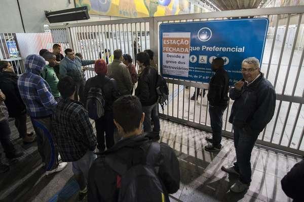 Usuários da estação Corinthians-Itaquera encontram os portões fechados