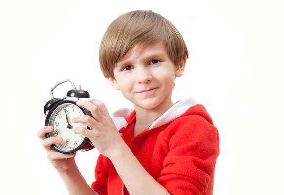 Estabeleça horários regulares para a alimentação da criança, assim ela passa a ter apetite no momento certo