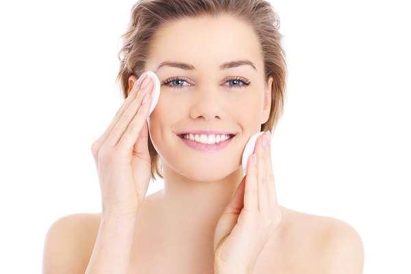 O primeiro passo que deve ser realizado antes da depilação é retirar a maquiagem. Essa prática diminui as chances de alergia provocada pela mistura entre a maquiagem e a cera