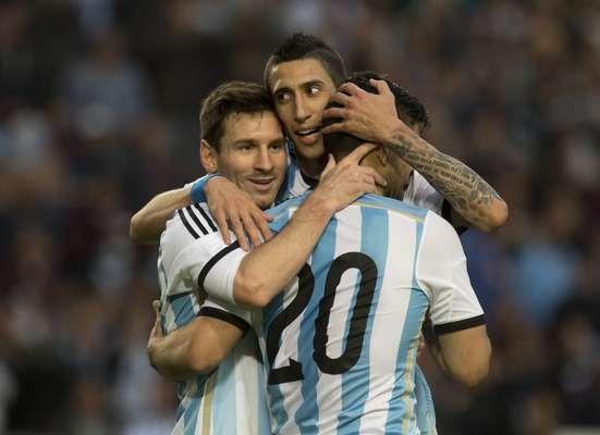 Em jogo que os reservas da Argentina começaram como titulares, os astros também brilharam no final e definiram a vitória por 2 a 0
