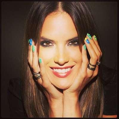 Alessandra Ambrosio apostou em unhas inspiradas no Brasil, sendo que cada uma recebeu uma nail art diferente