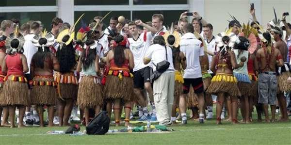 Cerca de 20 indígenas da Escola Indígena Pataxó de Coroa Vermelha, uma das últimas praias de Cabrália antes de Santo André, compareceram ao Campo Bahia para acompanhar o treino da seleção alemã nesta segunda-feira (9)