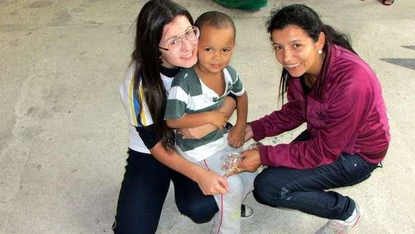 Na última Páscoa, Bia (à esquerda, de óculos) distribuiu centenas de ovos de chocolate e mantimentos a crianças carentes, em São Paulo