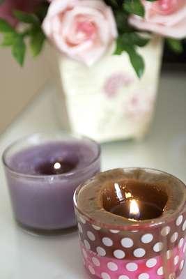Chamado de candle massage, tratamento conta com velas cosméticas especiais, enriquecidas com aromas de uva e chocolate e propriedades hidratantes