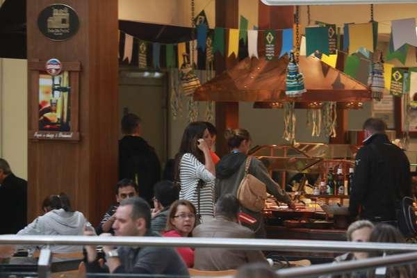 A jornalista Sara Carbonero, mulher do goleiro da seleção espanhola Iker Casillas, foi vista passeando em um restaurante de Curitiba na manhã desta terça-feira (10)