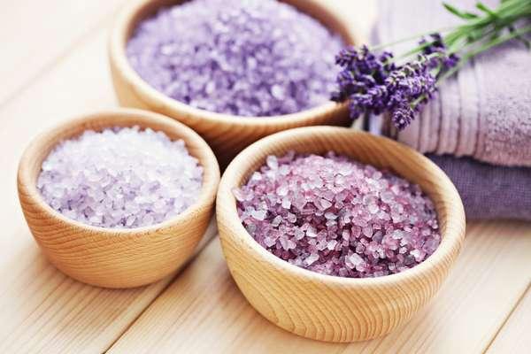 As receitas de sais de banho caseiros geralmente levam erva cidreira, erva doce, camomila e lavanda