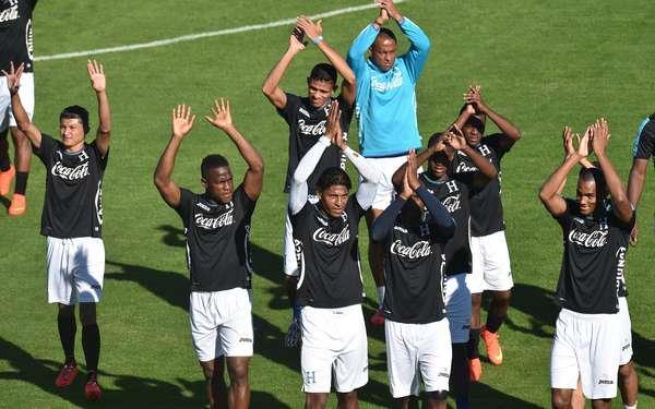 Jogadores de Honduras acenampara torcedores durantetreinamento em Porto Feliz, nesta quinta-feira, dia da abertura daCopa do Mundo de 2014