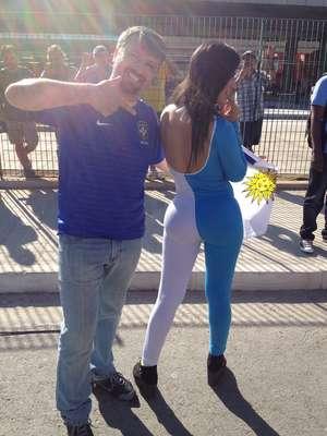 Representando o Uruguai, a modelo Ana Laura Chamorro chama a atenção de torcedores na entrada da Arena Corinthians