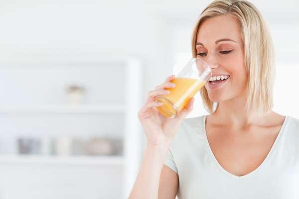 Na parte da manhã, o ideal é tomar um copo de suco desintoxicante todos os dias para combater a ação dos radicais livres, principais responsáveis pela destruição do colágeno da pele. A dica é apostar em nutrientes sabores como laranja, cenoura, couve, e agrião com farinha de linhaça e castanha