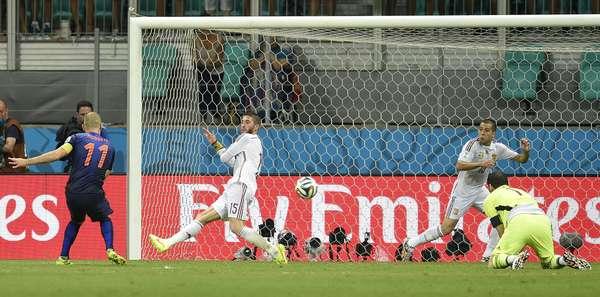 Robben dribla Casillas dentro da área após jogada de velocidade e fecha a goleada sobre a Espanha em 5 a 1. Resultado marca revanche holandesa sobre a seleção espanhola em reedição da final da Copa da África do Sul, em que a Espanha sagrou-se campeã