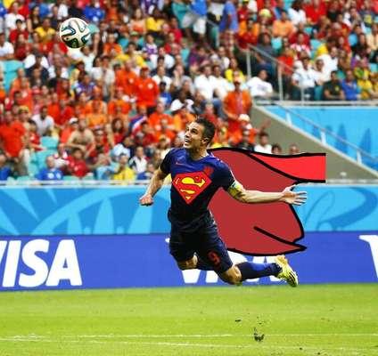 """""""Holandês voador"""", Van Persie teve montagens feitas em homenagem ao seu primeiro gol na goleada por 5 a 1 sobre a Espanha, no primeiro jogo do Grupo B da Copa do Mundo; o centroavante fez dois dos cinco tentos, Robben contribuiu com outros dois e De Vrij balançou as redes uma vez"""
