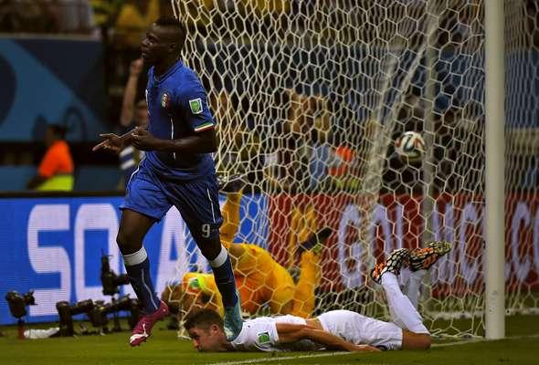 Goleiro inglês se esforça para impedir segundo gol italiano, mas vai parar no fundo da rede junto a bola, cabeceada com força por Balotelli. Itália venceu por 2 a 1