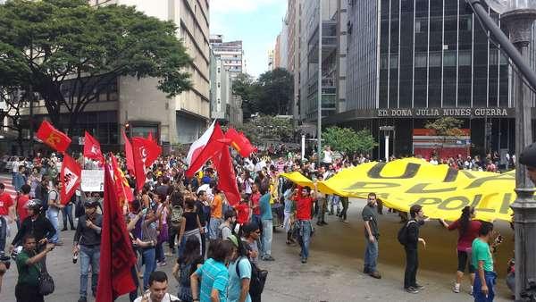 Um grupo de 100 manifestantes se reuniu neste sábado (14) na praça Sete, em Belo Horizonte. A polícia fez uma varredura no local antes dos protestos e prendeu sete pessoas por porte de facas, pedras e máscaras. Hoje, Colômbia e Grécia se enfrentam no Mineirão